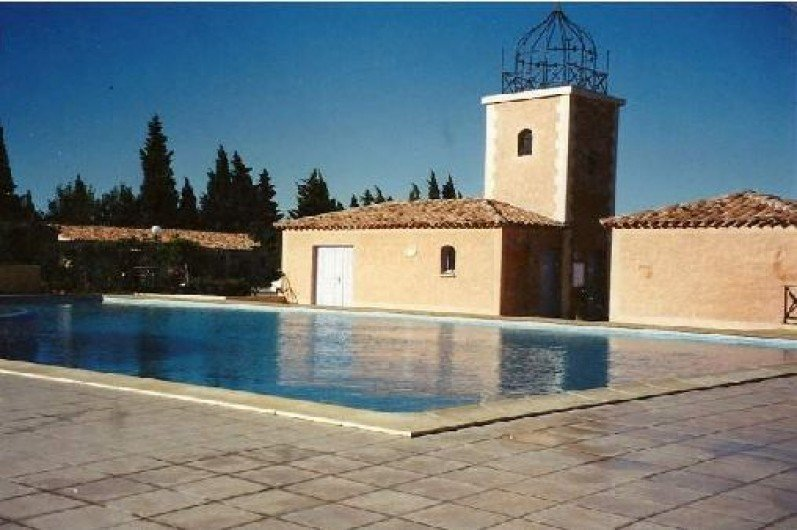 Beautiful house with shared pool, location de vacances à Eyguières