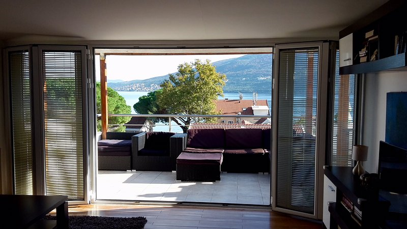 Luxurious 3-Bed Penthouse with Stunning View, holiday rental in Denovici
