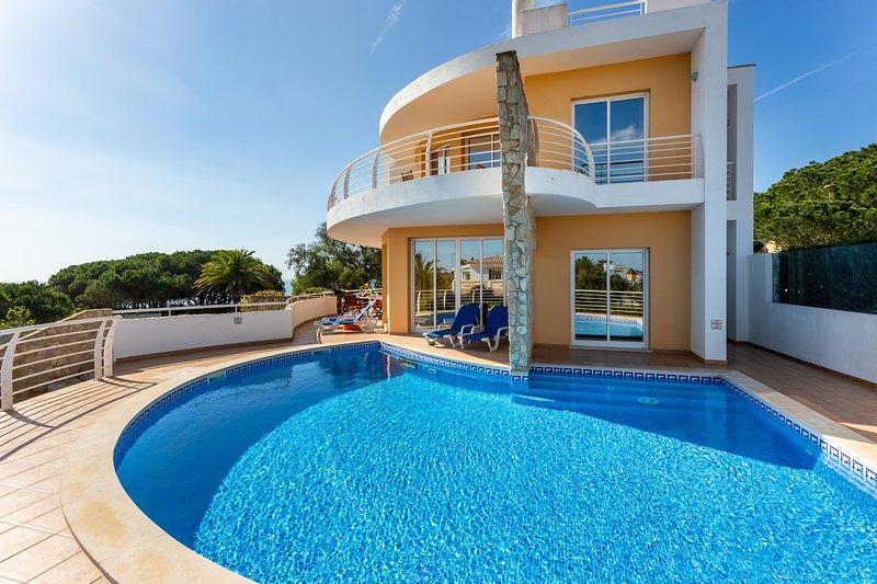 Beautiful private 4 bedroom pool Villa with superb seaview in Burgau, location de vacances à Burgau