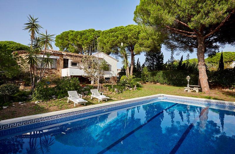 la casa con su piscina y jardin amplio.