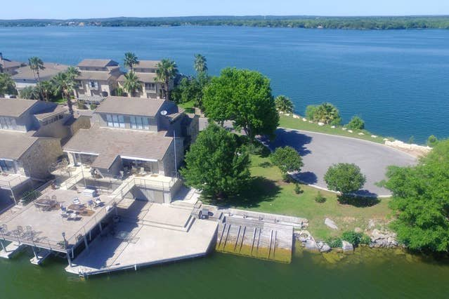 Vista del lago LBJ a ambos lados de la casa