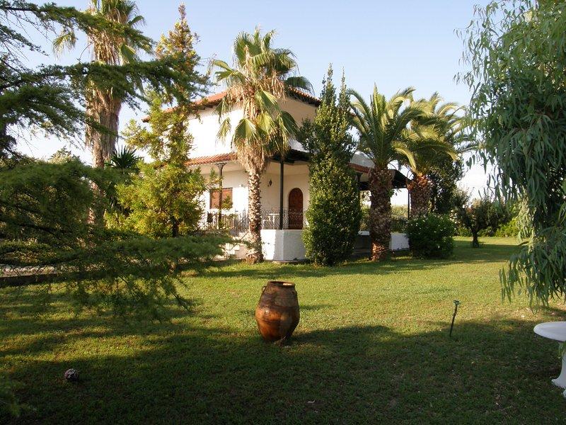 VILLA KALLIKRATIA PRIVATE BIG LAND, holiday rental in Nea Kallikratia
