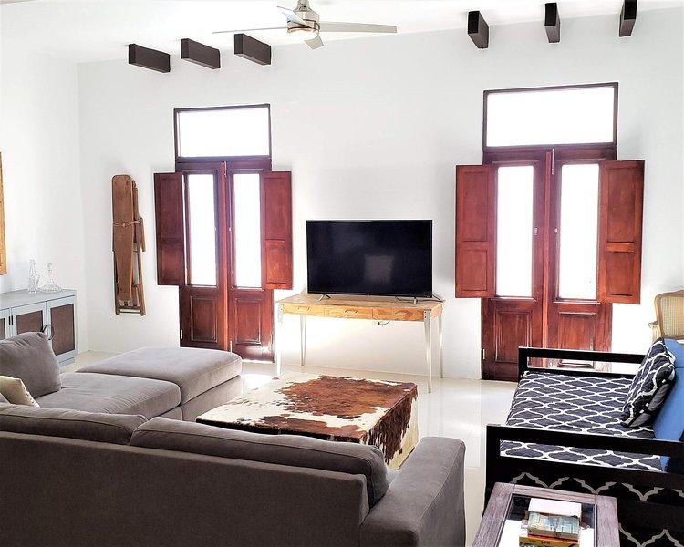 The Lofts of Old San Juan Unit 201 HUGE 2 bed 2 bath for 6 Washer Dryer, alquiler vacacional en Guaynabo