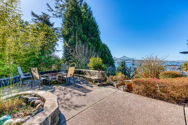 Bayfront home with a fitness room, fun-filled game room, & more!, Ferienwohnung in Lakeside