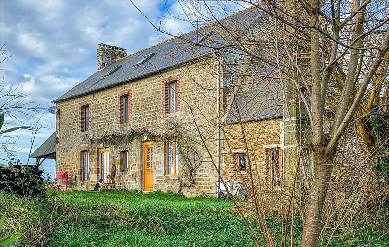 Stunning home in Vauce with WiFi and 2 Bedrooms (FVA043), location de vacances à Saint-Fraimbault