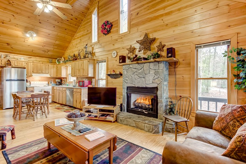 Intimate cabin close to Downtown Blue Ridge w/private hot tub & mountain views, vacation rental in Blue Ridge