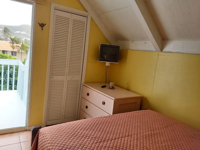 Sección de dormitorio tipo loft con patio privado.