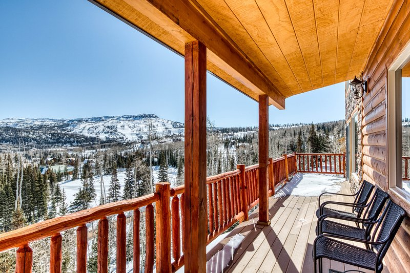 Cozy ski home w/ deck & game room just 1 mile to Brian Head - great for groups!, location de vacances à Brian Head