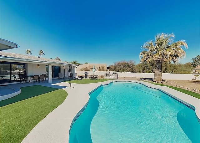 New Listing! Luxe Getaway w/ Private Pool, Patio & Mtn Views, Walk to Park, casa vacanza a Fountain Hills