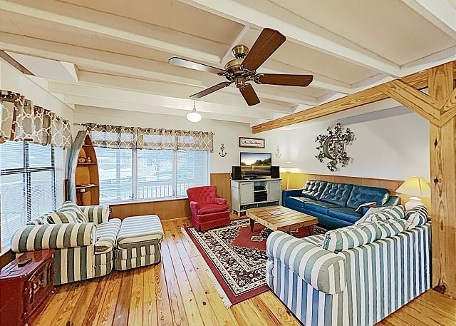 New Listing! Inviting 1-Acre Lakefront Home w/ Fishing & Swimming Dock, holiday rental in Tow