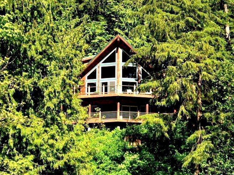 07MF Silver Lake Chalet w/Hot Tub!, holiday rental in Abbotsford
