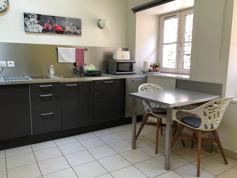 Entre pierres et remparts - Studio avec mezzanine, holiday rental in Hieres-sur-Amby