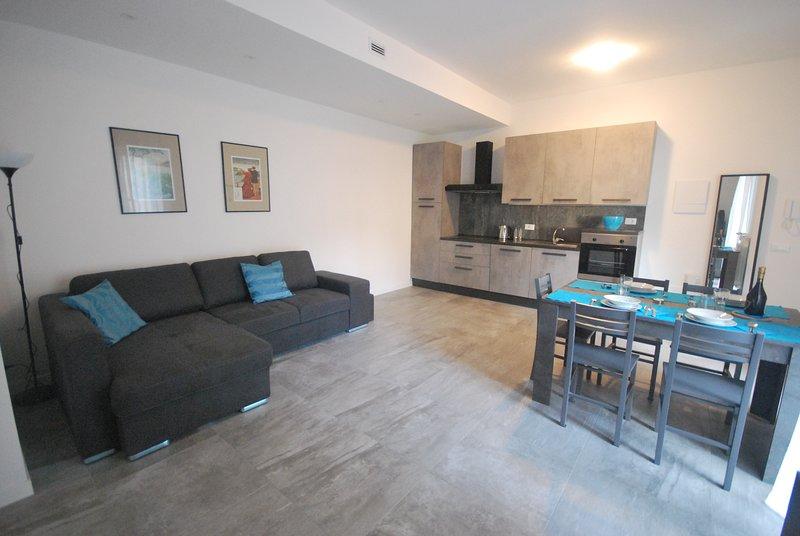 Appartamento centro Como.Trilocale con due camere da letto, sala, cucina.Nuovo, holiday rental in Brunate
