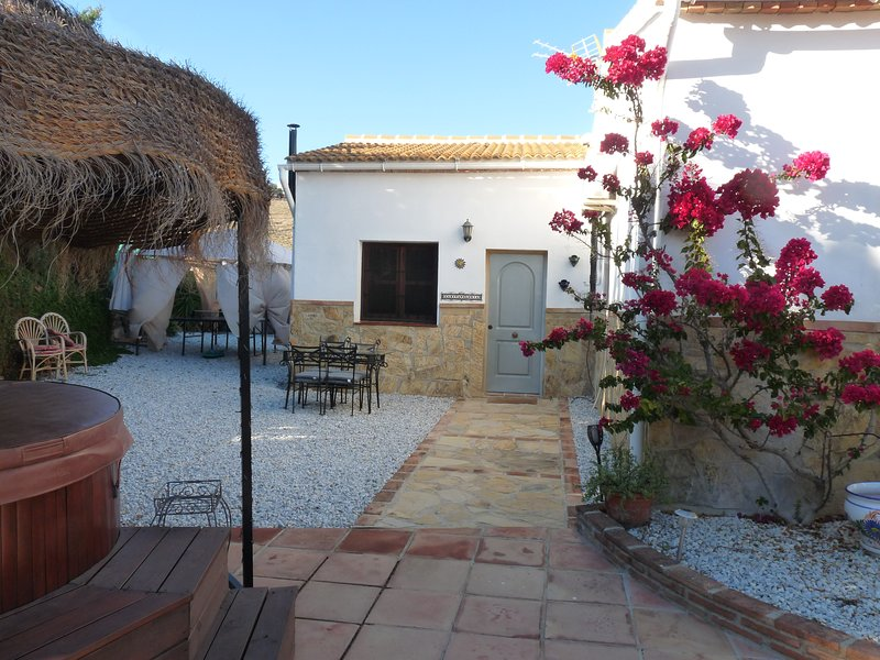 Casita Gloria - Studio Apartment near Lake Vinuela with private hot tub, holiday rental in Vinuela