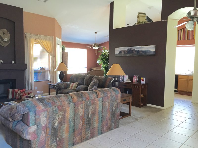 Quiet, Dog Friendly Vacation Home in the Superstition foothills!, Ferienwohnung in Gold Canyon