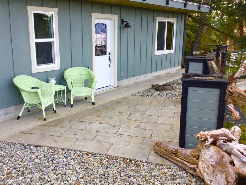 Koppla av och njut av utsikten och djurlivet från din egen privata uteplats och sten trädgård.
