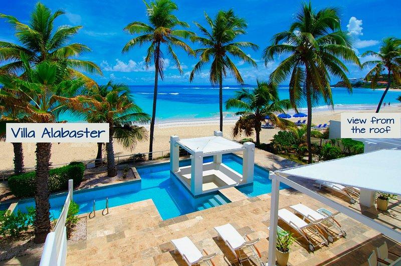 VILLA ALABASTER ~ LITERALLY BEACHFRONT ON DAWN BEACH w private pool, alquiler de vacaciones en Oyster Pond