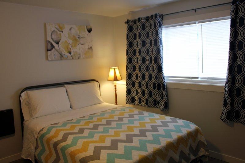 RA - Rainier Queen Room (Walk to Metro), holiday rental in Renton