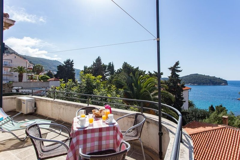 Holiday Home Patricija-Duplex Three Bedroom Apartment with Balcony and Sea View, holiday rental in Sumet