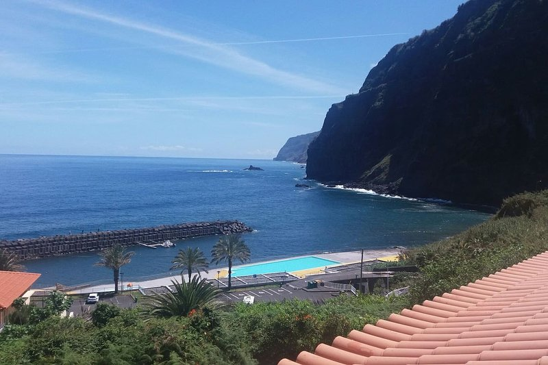 Lovely Sea View 3-Bed House in Ponta Delgada, holiday rental in Boaventura