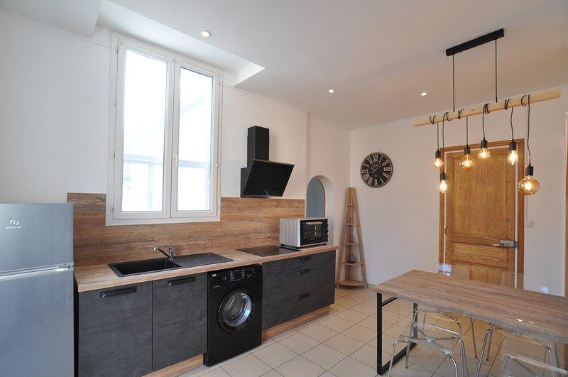 Appartement lumineux 56m2 rénové avec terrasse et jardin, aluguéis de temporada em Fourques