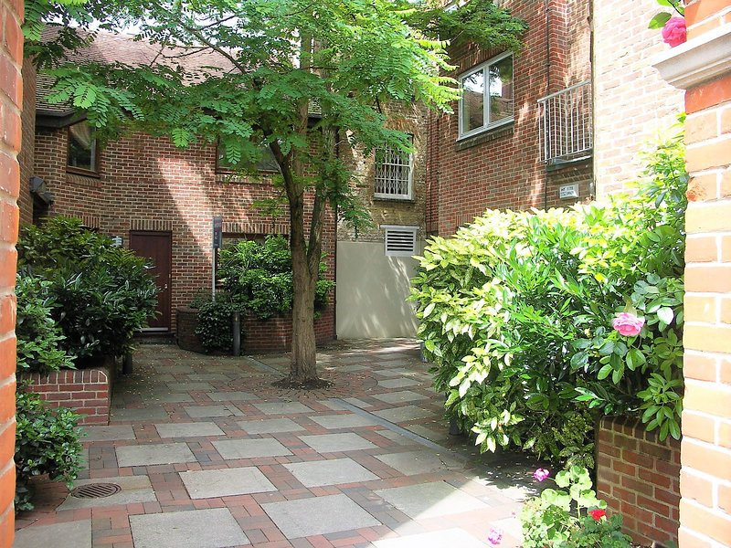 5 The Courtyard Apartment Windsor - free parking, holiday rental in Wraysbury