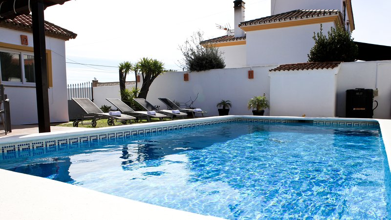 Luxury Villa sleeps 9. Private pool, Jacuzzi, Private Gym, Parking, Sea views., holiday rental in Casares del Sol