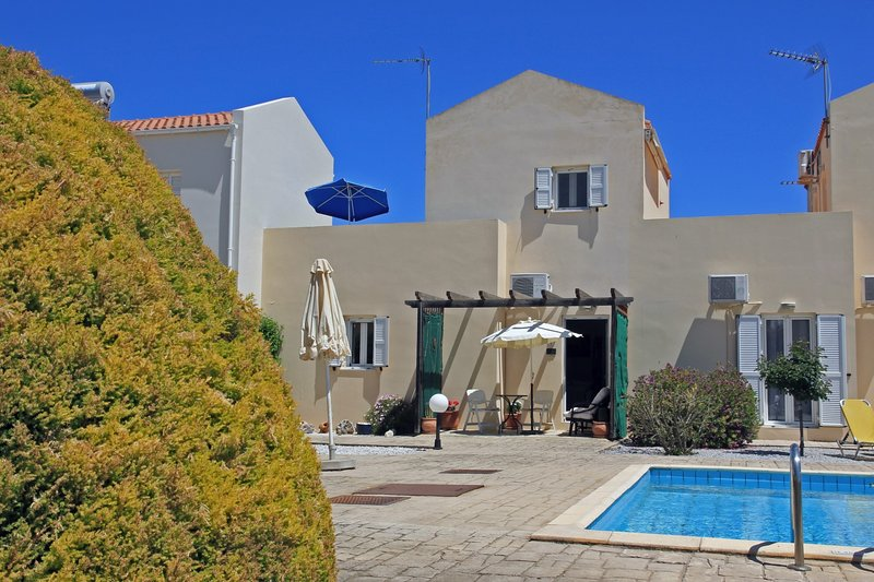 Family home with pool in typical Cretan village, casa vacanza a Drapanos