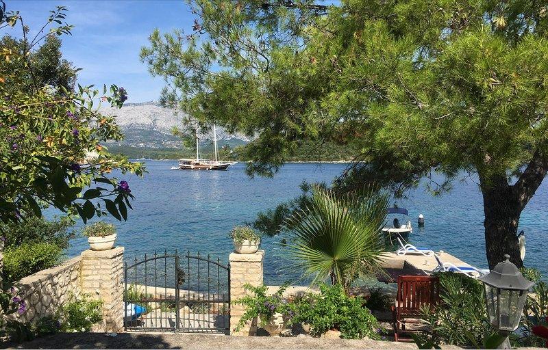 SEAFRONT GARDEN APARTMENT LUMBARDA BREAKFAST INCLUDED USE OF BIKES KAYAKS & SUP, holiday rental in Lumbarda