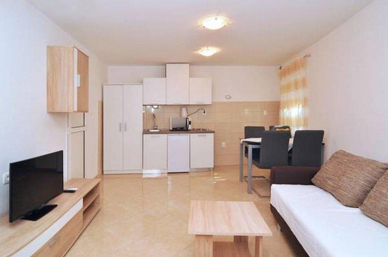Apartment Nikola- Duplex Two Bedroom Apartment with Terrace and Sea View, alquiler de vacaciones en Kastel Sucurac