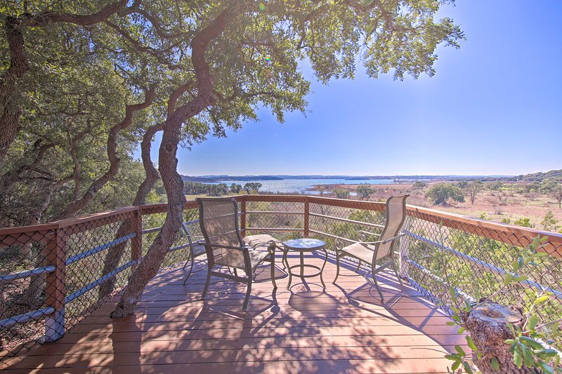 Stunning Canyon Lake Home w/Deck, Hot Tub + Kayak!, location de vacances à Canyon Lake