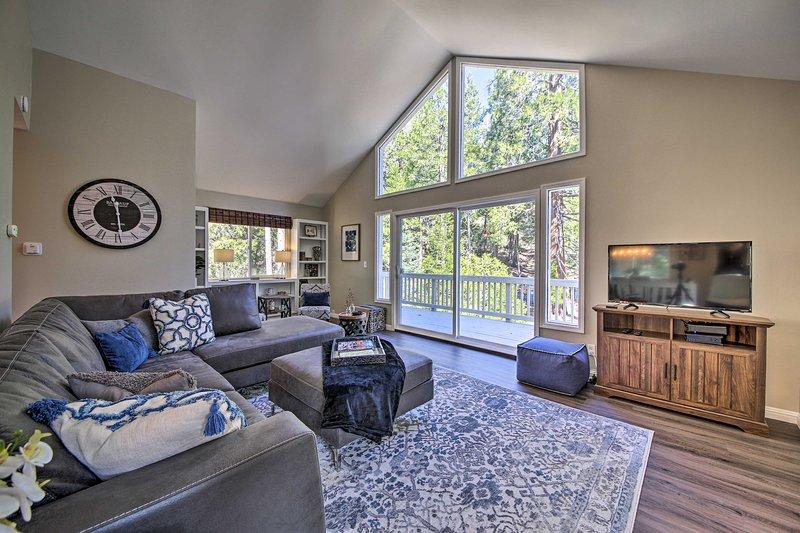 NEW! Modern Cabin < 3 Mi to Lake Arrowhead Village, holiday rental in Blue Jay