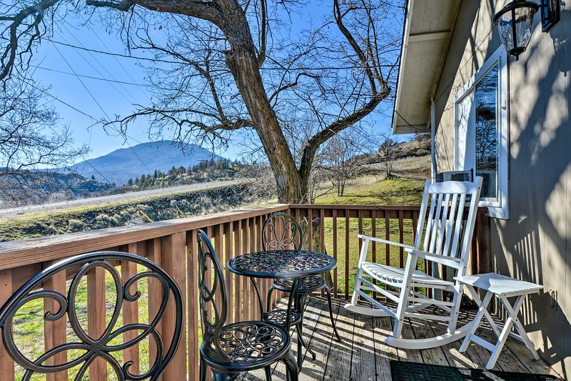 Cottage with Fire Pit + Deck on The Klamath River!, holiday rental in Hornbrook