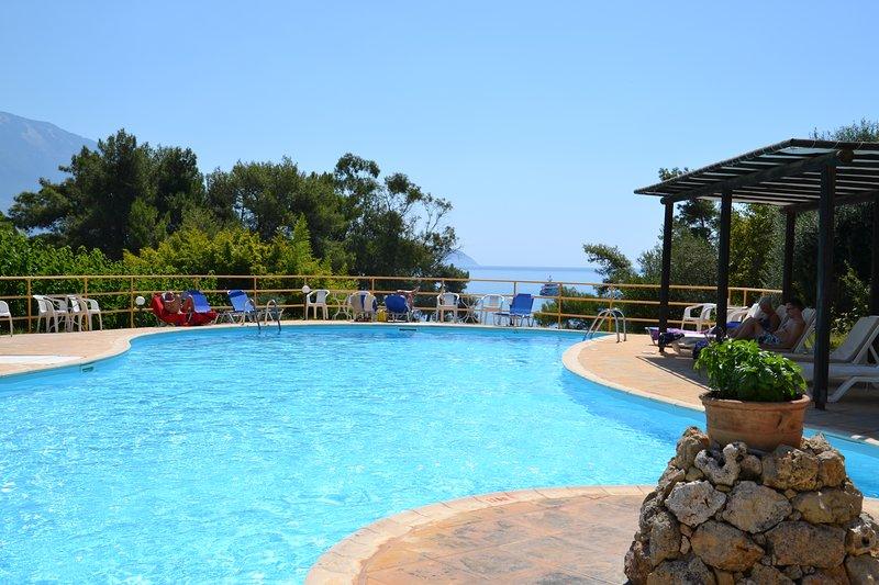 Kefalonia hotels: B&B Panas Bungalows hotel by Spartia beach, pool, restaurant, aluguéis de temporada em Spartia