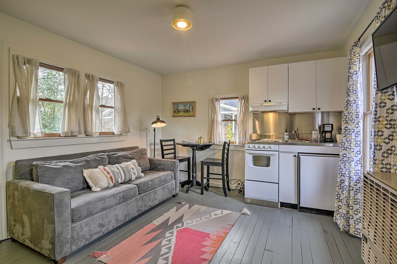 Couples Trip: Carrboro Cottage <1 Mi to CarrMall!, casa vacanza a Carrboro