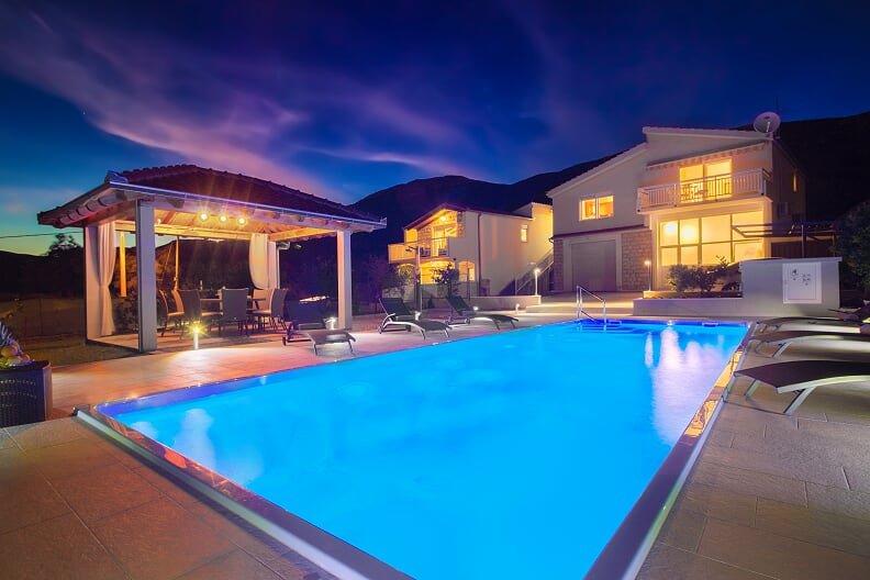 VILLA TISSA with large pool and jacuzzi, casa vacanza a Kastel Luksic