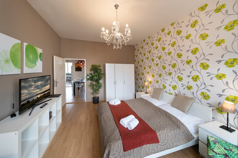NEW TOWN - 4 BEDROOM 3 BALCONY APARTMENT, holiday rental in Prague