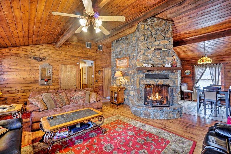 Peaceful 'Hidden Oaks' Real Log Home: Walk to Lake, location de vacances à Dougherty