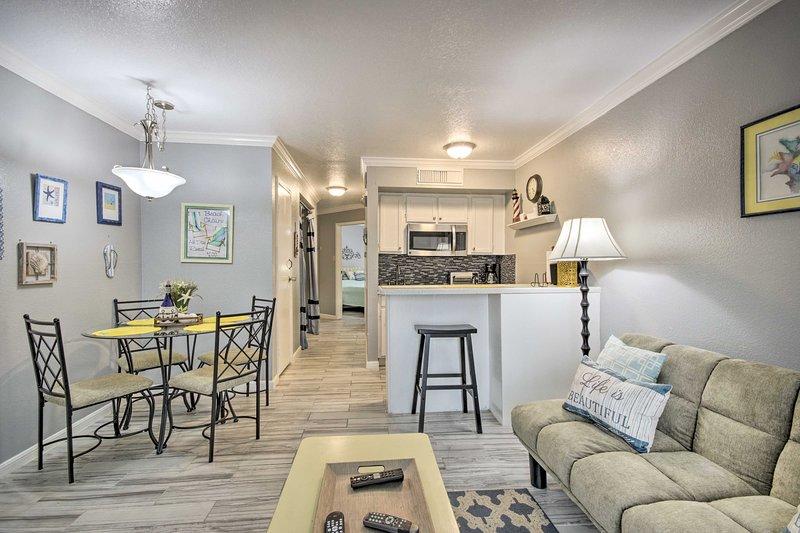 NEW! Updated Galveston Condo: Walk to 61st St Pier, holiday rental in Galveston
