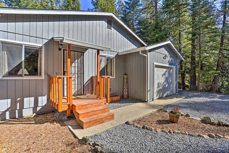 NEW! Base Camp Lassen, 13 Mi to Volcanic Natl Park, holiday rental in Shingletown