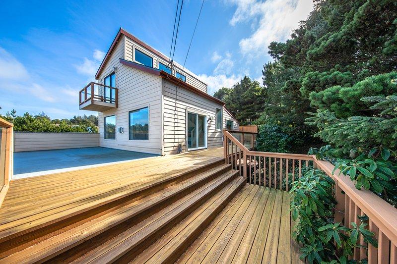 Family-friendly house near the beach with gas fireplace and sprawling deck!, aluguéis de temporada em Lincoln Beach