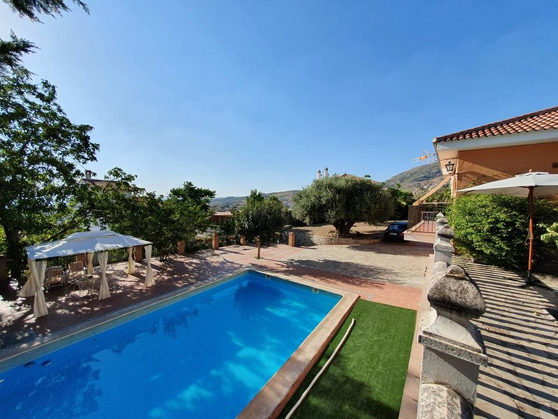 Nice villa with swimming-pool, aluguéis de temporada em Guevejar