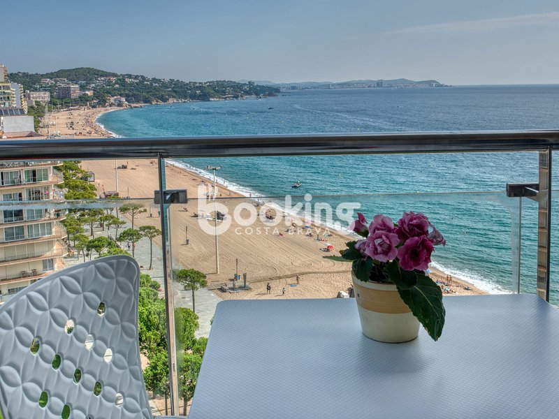 APARTMENT AT THE FIRST LINE OF SEA WITH SPECTACULAR SEA VIEWS, vacation rental in Castell-Platja d'Aro