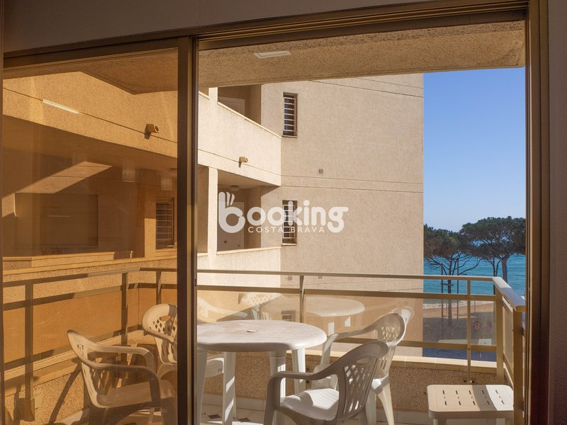 APARTMENT WITH SEA VIEW & SWIMMING POOL AT THE PROMANADE, IN THE BEACH., vacation rental in Castell-Platja d'Aro