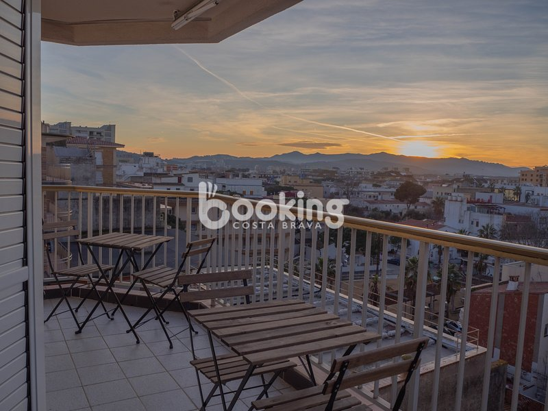 CITYCENTER APARTMENT IN A BUILDING OF FIRST LINE OF SEA WITH VIEWS TO THE VALLEY, vacation rental in Castell-Platja d'Aro