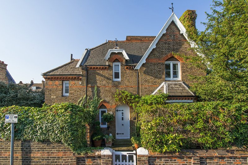 SUPERB LUXURY 2-Bed Cottage in the heart if Wimbledon Village, vacation rental in New Malden