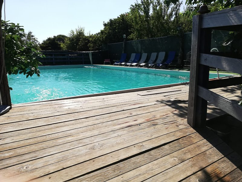 Nice studio with shared pool & Wifi, alquiler de vacaciones en Maugeri