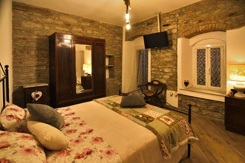 Camera Giglio de Il Borgo del Castello Guest House, vakantiewoning in Ponzone