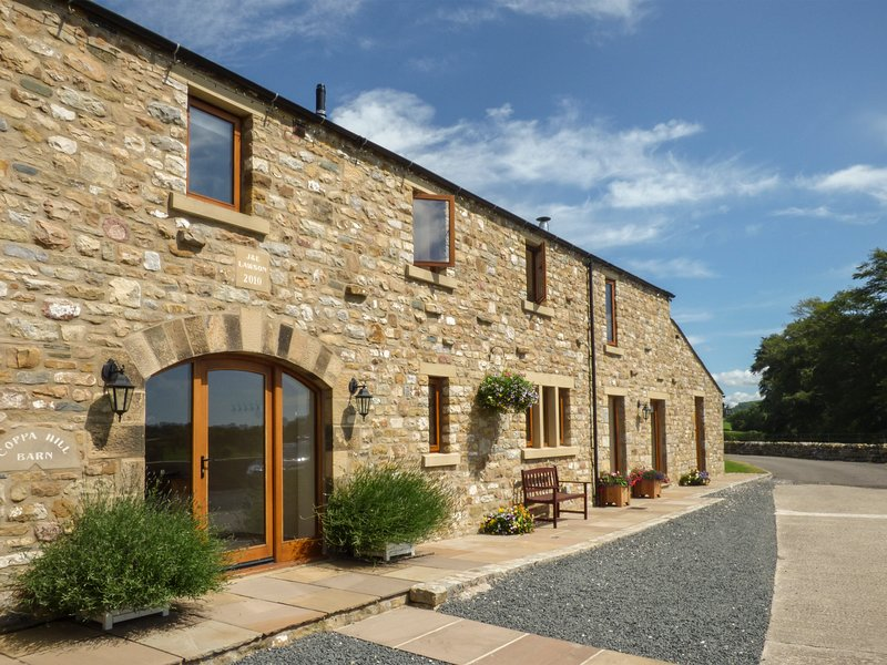 COPPA HILL BARN en-suite facilities, magnificent views, luxury cottage in, holiday rental in Ireby