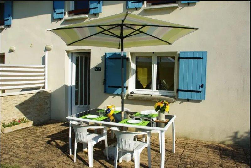 Beautiful apt with garden & terrace, casa vacanza a Semussac